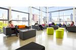Einladend und bequem empfängt das Elementpolstermöbel 90deegree von SMV wartende Gäste.
