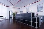 Brilliantes Schwarz in Kombination mit kühlem Aluminium heißt Kunden herzlich willkommen und ist zugleich ein klares Statement an Eleganz und Geradlinigkeit: AMS