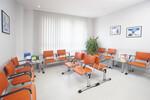 Wartezimmer mit 2er- und 3er-Sitzbänken. Gestell Weißaluminium Tischplatte Metallic-Silber oder Lichtgrau: Die Objektausstatter Nord-Maßanfertigung